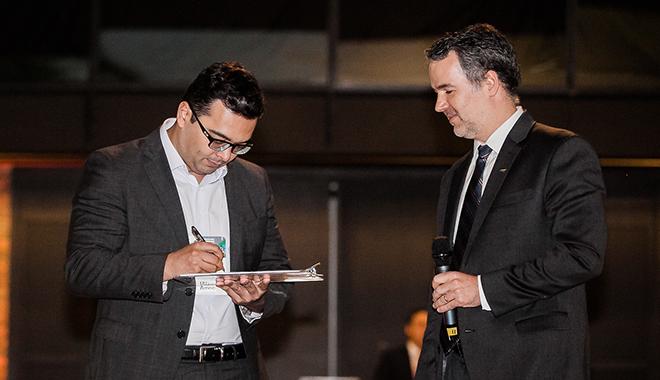 Daniel Lima, presidente da Petros, formaliza a adesão da fundação ao Código de Stewardship, ao lado do presidente da Amec, Mauro Rodrigues da Cunha