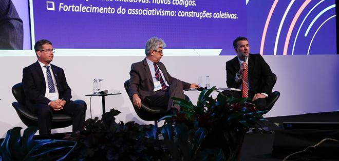 Mauro Rodrigues da Cunha (à direita) durante o Congresso Brasileiro da Previdência Complementar Fechada, realizado em Florianópolis